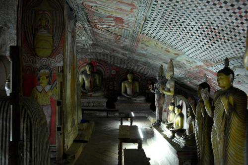 Dambulla 8 - deuxième grotte 6.jpg