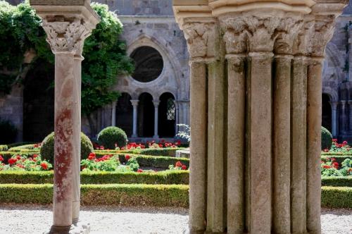 Abbaye de Fontfroide - Cloître - 1.jpg