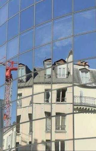 Construction d'un immeuble et d'un ciel bleu.jpg